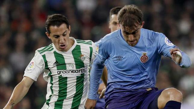 Guardado presiona en el duelo ante el Girona (Efe)