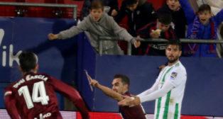 Barragán se lamenta del gol de Escalante, segundo del Eibar al Betis (Foto: EFE)