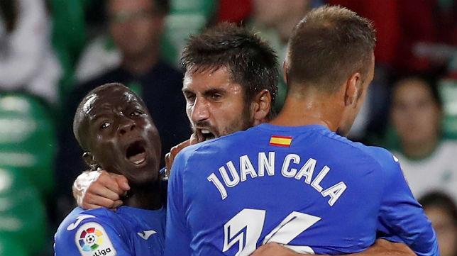Markel Bergara es abrazado por Amath Ndiaye y Cala tras marcar el primer gol del Getafe contra el Betis en el Villamarín (Foto: EFE)