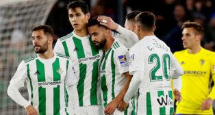 Durmisi, Mandi y Tello felicitan a Boudebouz en el Betis-Cádiz