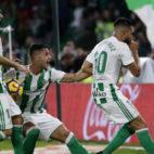 Boudebouz celebra junto a Sergio León y Joaquín el gol anotado ante el Getafe (Foto: EFE)