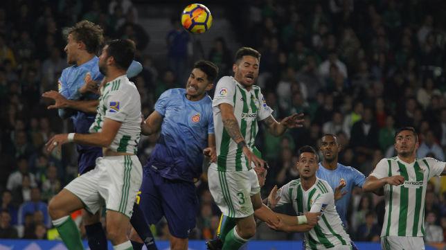 Jugadores del Betis y el Girona pugnan por un balón en el encuentro jugado en el Benito Villamarín (Foto: Raúl Doblado)