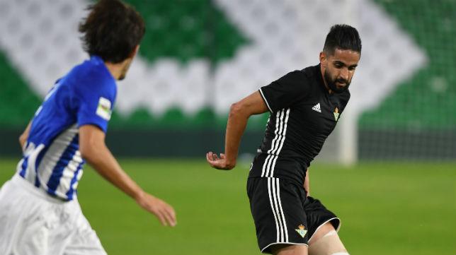Ryad Boudebouz, en un lance del encuentro amistoso que el Betis jugó ante el Écija (Foto: J. J. Úbeda/ABC)