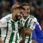 Joaquín agarra a Boudebouz en la celebración del gol del argelino al Getafe (Foto: J. M. Serrano/ABC)