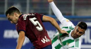 Escalante y Camarasa luchan por un balón (Foto: EFE).