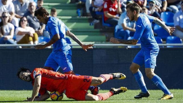 Damián Suárez pugna con De la Bella por un balón en el Getafe-Real Sociedad del domingo