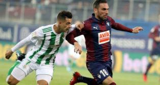 Sergio León pugna con Arbilla en un lance del Eibar-Betis (Foto: EFE)