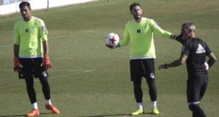 Adán y Dani Giménez, en un entrenamiento supervisado por el entrenador de porteros, Jon Pascua (Foto: Juan Flores)