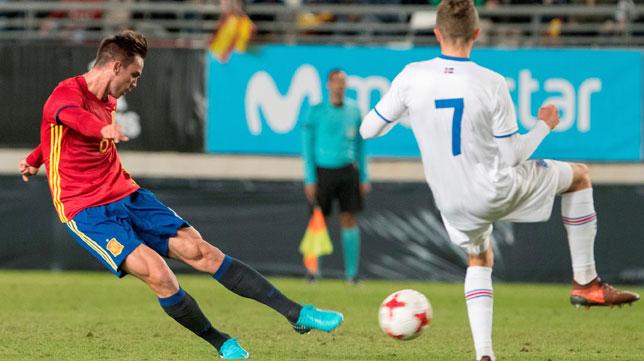 Fabián dispara ante un oponente islandés (Foto: EFE).