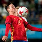 Fabián Ruiz controla un balón en el España-Islandia sub 21, que se decidió con un gol suyo (Foto: EFE)