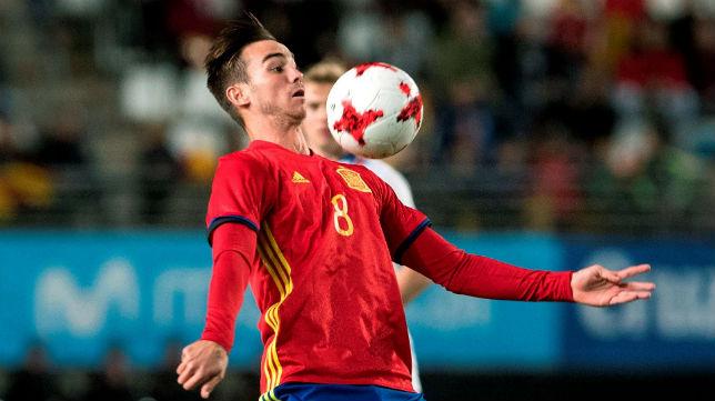 Fabián Ruiz, jugador del Betis, controla un balón en el España-Islandia sub 21, que se decidió con un gol suyo (Foto: EFE)