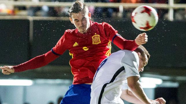 Fabián disputa un balón en el España-Eslovaquia jugado en Cartagena (Foto: EFE)