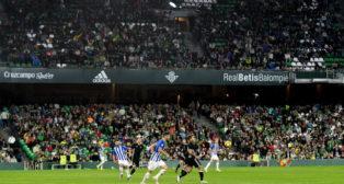 Imagen de la grada de Fondo del Villamarín durante el amistoso entre el Betis y el Écija (Foto: J. J. Úbeda/ABC)