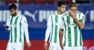 Joaquín, en primer término, se lamenta de uno de los goles encajados en Eibar (Foto: J. M. Serrano Arce/ABC)