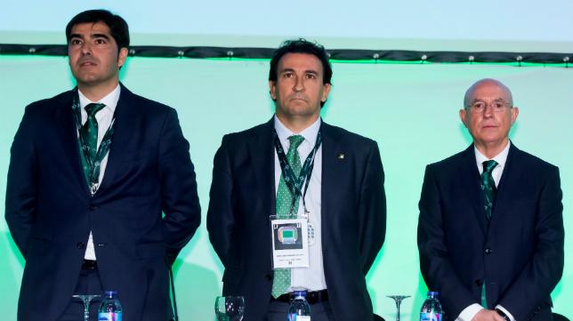 Haro, Catalán y Serra Ferrer, durante la Junta General Ordinaria de Accionistas del Betis celebrada este jueves en el Palacio Municipal de Deportes de San Pablo