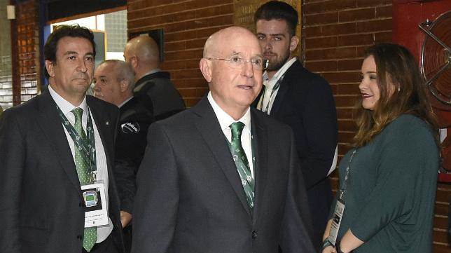 Serra Ferrer, a su llegada a la Junta General Ordinaria de Accionistas del Betis celebrada este jueves en el Palacio Municipal de Deportes de San Pablo (Foto: Jesús Spínola)