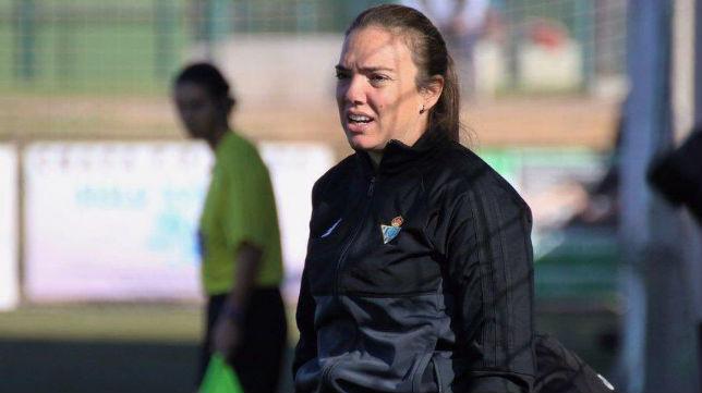 La entrenadora del Real Betis Féminas, María Pry, observa el juego (Foto: @RealBetisFem)