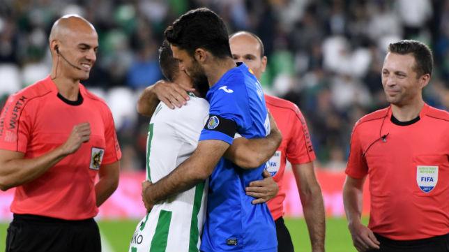 Joaquín y Jorge Molina se fundieron en un sentido abrazo antes del sorteo de campos del Betis-Getafe (Foto: J. J. Úbeda/ABC)