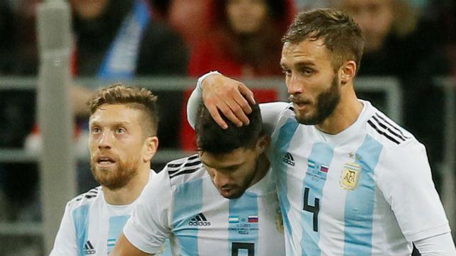 Pezzella abraza al Kun Agüero tras marcar el 0-1 de Argentina en el amistoso frente a Rusia (Foto: Reuters)