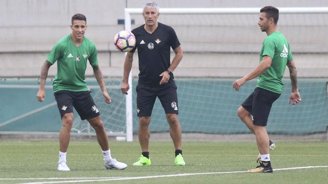 Tello, Setién y Rubén Castro, en un entrenamiento del Betis (Rocio Ruz)