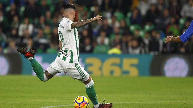 Sanabria remata para marcar el primer gol de su equipo ante el Getafe (Foto: J. M. Serrano)