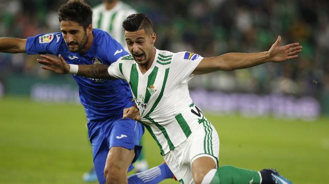 Sergio León es agarrado por el futbolista del Getafe Bergara (Foto: J. M. Serrano)