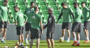 Quique Setién dialoga con uno de sus jugadores en un entrenamiento reciente del Betis (Foto: J. Spínola)