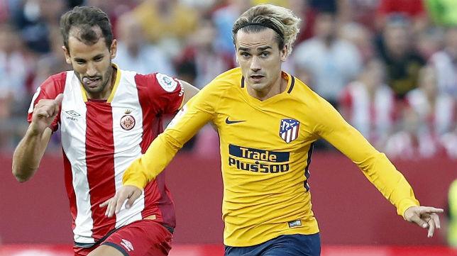 Stuani, a la izquierda, intenta pelear con Griezmann, a la derecha, en el Girona-Atlético de Madrid (Foto: EFE)