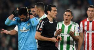 Adán y Joaquín protestan a Martínez Munuera en el Betis-Athletic