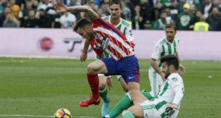 Barragán disputa un balón con Saúl