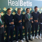 Los capitanes, elpresidente y los vicepresidentes del Betis brindan para felicitar las fiestas