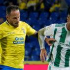 Camarasa pugna por un balón con un jugador de Las Palmas (Foto: EFE)