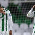 Camarasa y Sergio León, cabizbajos tras la eliminación del Betis en la Copa del Rey ante el Cádiz (Foto: J. J. Úbeda)