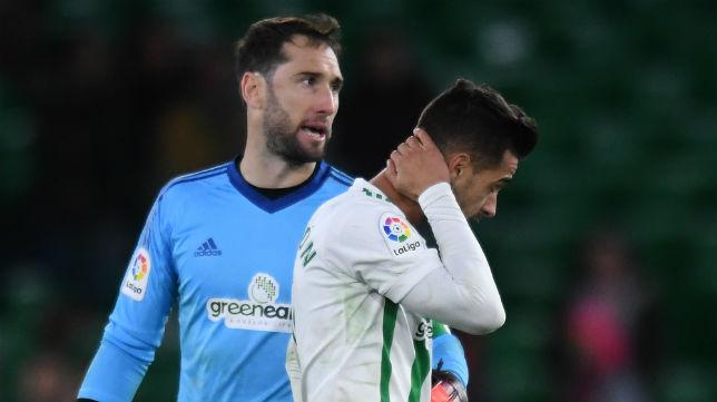 Dani Giménez se lamenta, ante Sergio León, de la eliminación ante el Cádiz