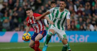 Feddal pugna con Gameiro en un lance del Betis-Atlético