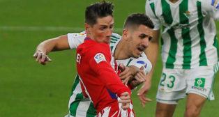Zou Feddal pugna con Fernando Torres durante el Betis-Atlético (Foto: Reuters)