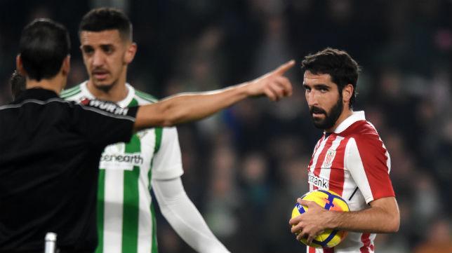 Feddal protesta una de las decisiones del árbitro en el partido ante el Athletic