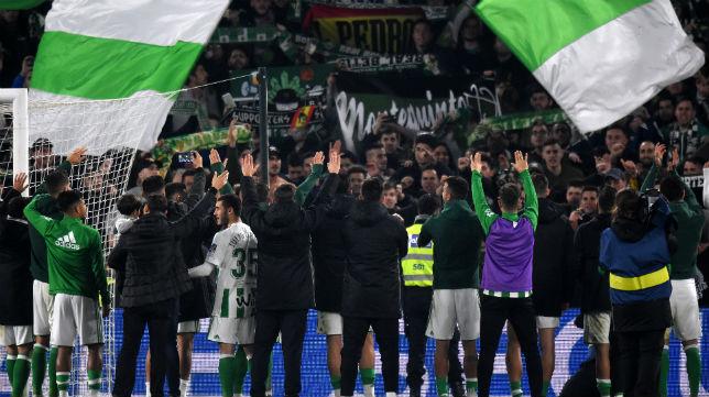 Los jugadores del Betis saludan a los aficionados tras el partido contra el Athletic (Foto: J. J. Úbeda)
