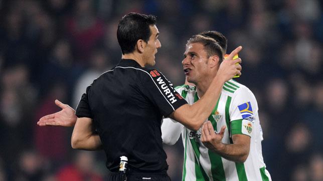 Joaquín le protesta a Martínez Munuera en el Betis-Athletic (J. J. Úbeda)