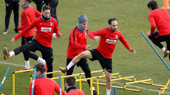 Juanfran, junto a varios de sus compañeros en una sesión de entrenamiento del Atlético (Foto: EFE)