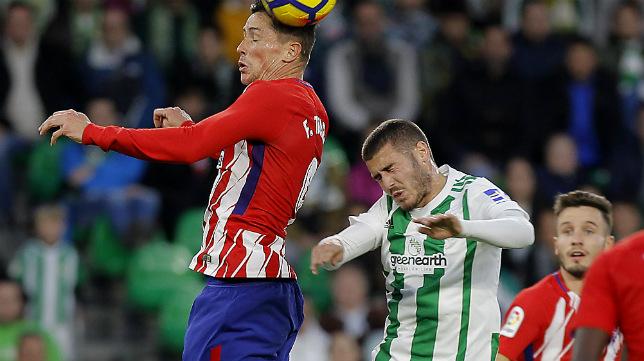 Torres y Julio Gracia, en un lance del Betis-Atlético (Foto: Raúl Doblado)