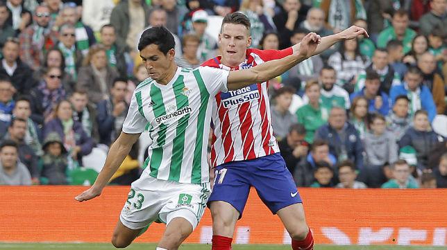Mandi trata de proresar ante la presión del jugador del Atlético Gameiro (Foto: Raúl Doblado)