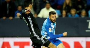 Mandi trata de despejar un centro del delantero del Málaga Borja (Foto: EFE)