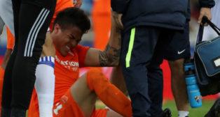 Adalberto Peñaranda se duele sobre el césped de Anoeta durante el Real Sociedad-Málaga