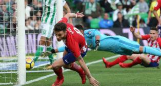Saúl se levanta para empezar a celebrar el gol que le marcó al Betis en el Villamarín (Foto: AFP)
