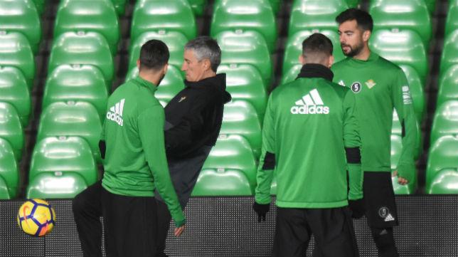 Quique Setién toca un balón en un entrenamiento en presencia de Jordi Amat (Foto: J. J. Úbeda/ABC)