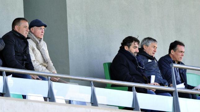 Setién sigue el Betis Deportivo-Extremadura junto a Buenaventura, Alexis, Serra Ferrer y Alomar (Foto: J. J. Úbeda)