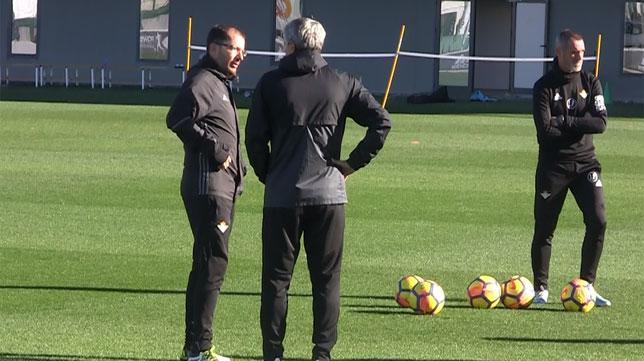 Setién y José Juan Romero charlan durante el entrenamiento