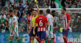 Hernández Hernández muestra tarjeta a Boudebouz en el Betis-Atlético (Foto: Reuters)