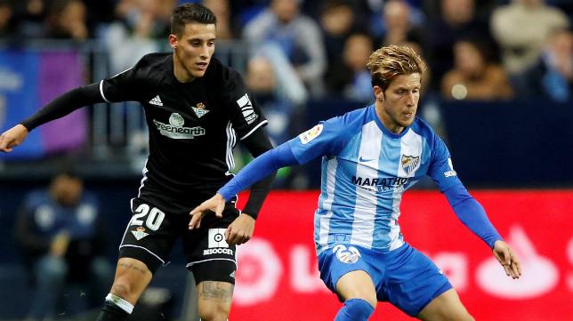 Tello presiona a Keko durante el Málaga-Betis